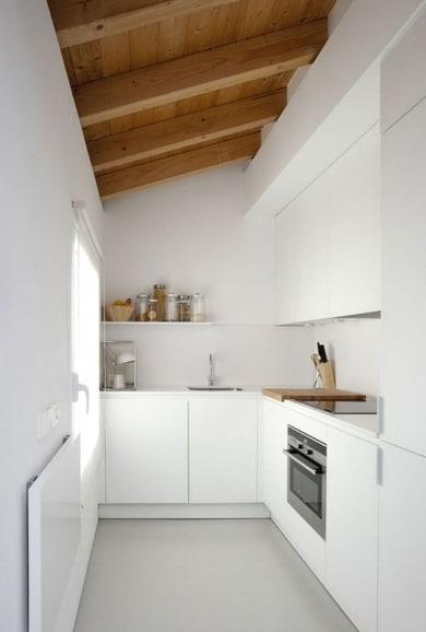 cocina alargada blanca